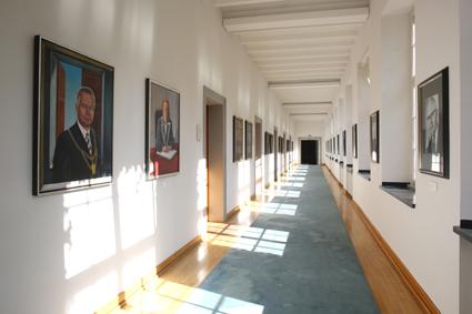 Rathaus Abtei Flur mit OB-Bildern (c) Detlef Ilgner