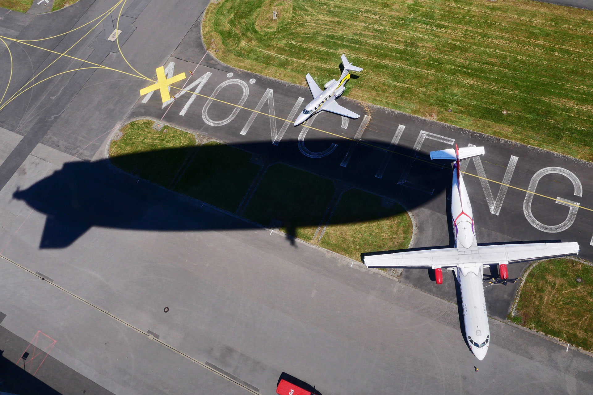 Schatten des Zeppelins über der Landebahn in MG
