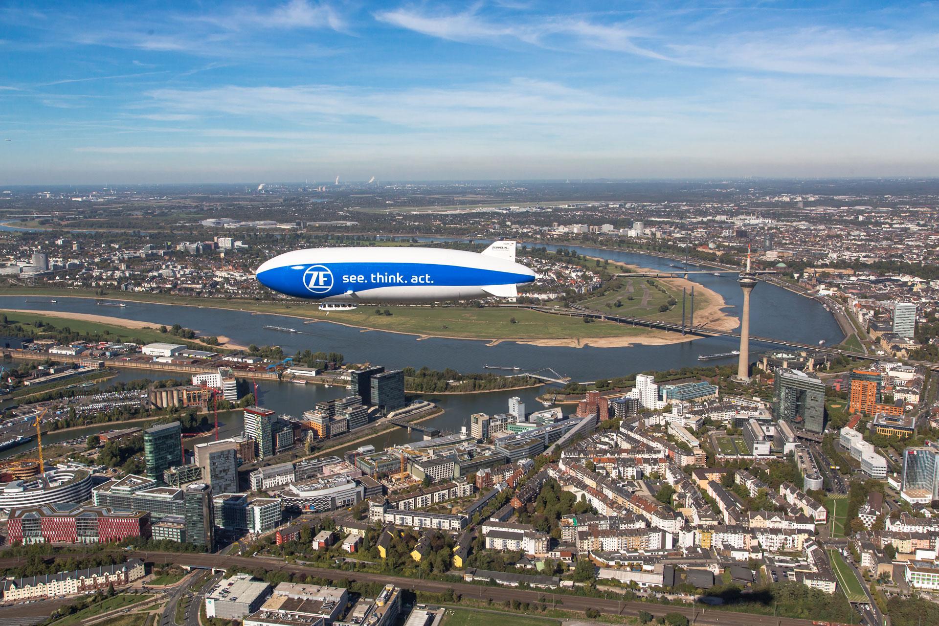 Seitenansicht des Zeppelins aus der Luft
