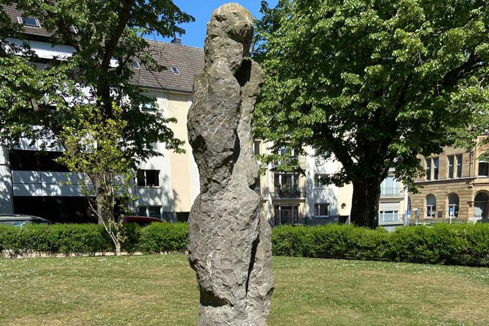 Die Stehende des französichen Bildhauers Eugène Dodeigne, Adenauerplatz Mönchengladbach
