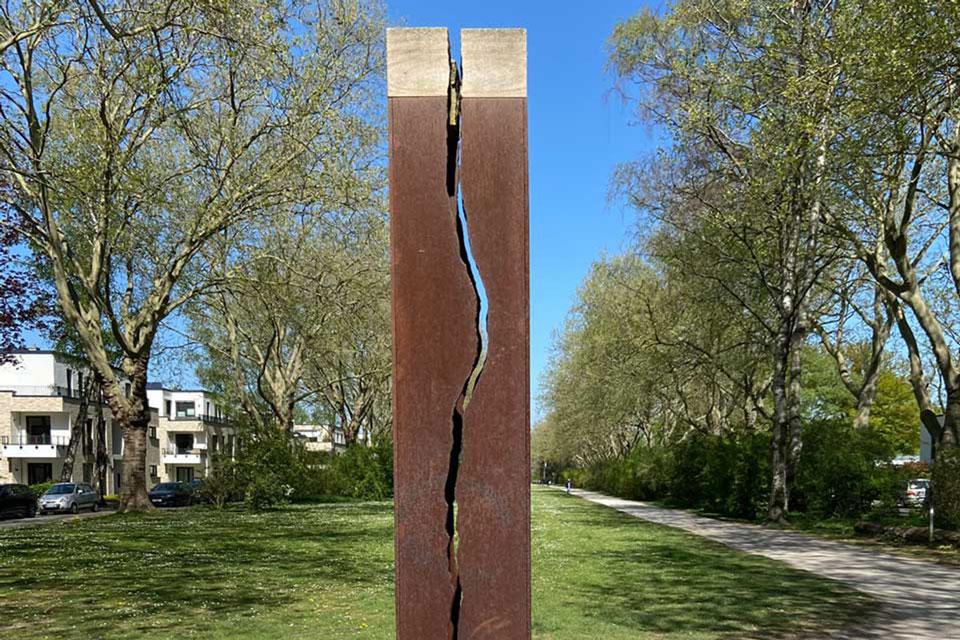 Stele mit blitzartig gespaltenem Kern von Ulrich Brinkmann im Bunten Garten, Mönchengladbach