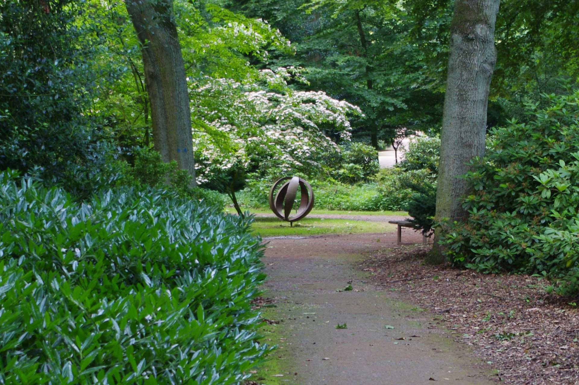 Erdkugel - Skulptur von Sandra Robertz im Bunten Garten Mönchengladbach