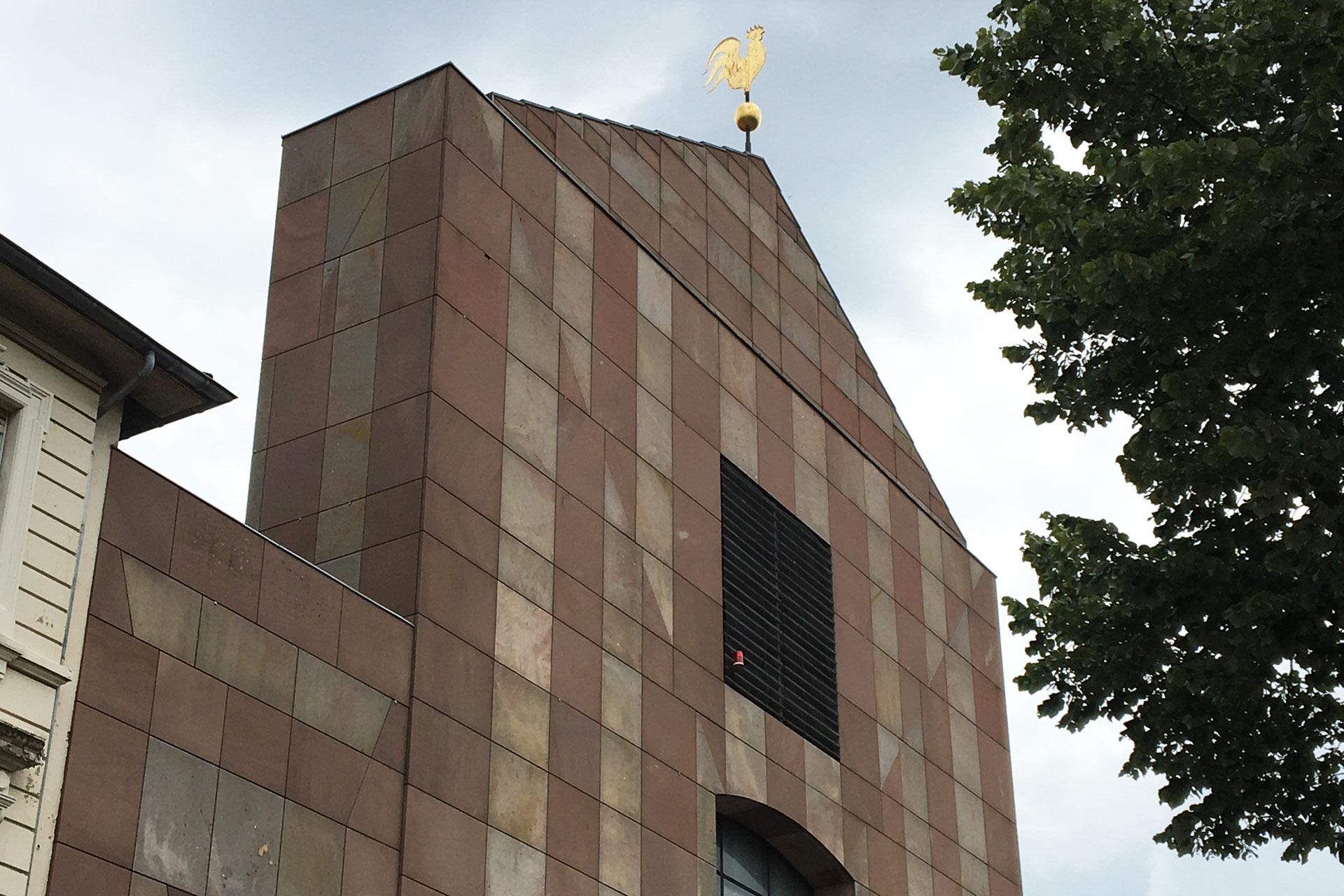 Die Fassade, drei Portale und der Wetterhahn der Jugendkirche St. Albertus in Mönchengladbach sind Arbeiten von Georg Ettl