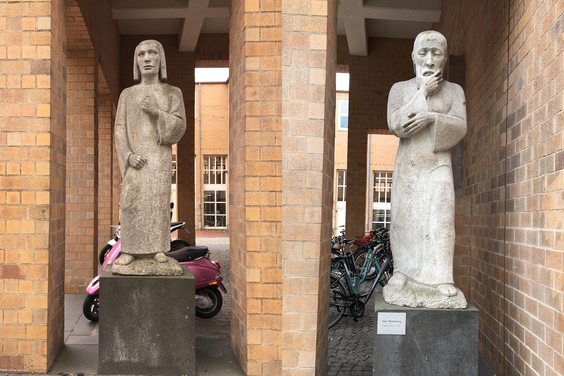 """Die Skulpturen des Bildhauers Hein Minkenberg aus Sandstein symbolisieren die Lebensalter """"Jugend und Alter"""""""