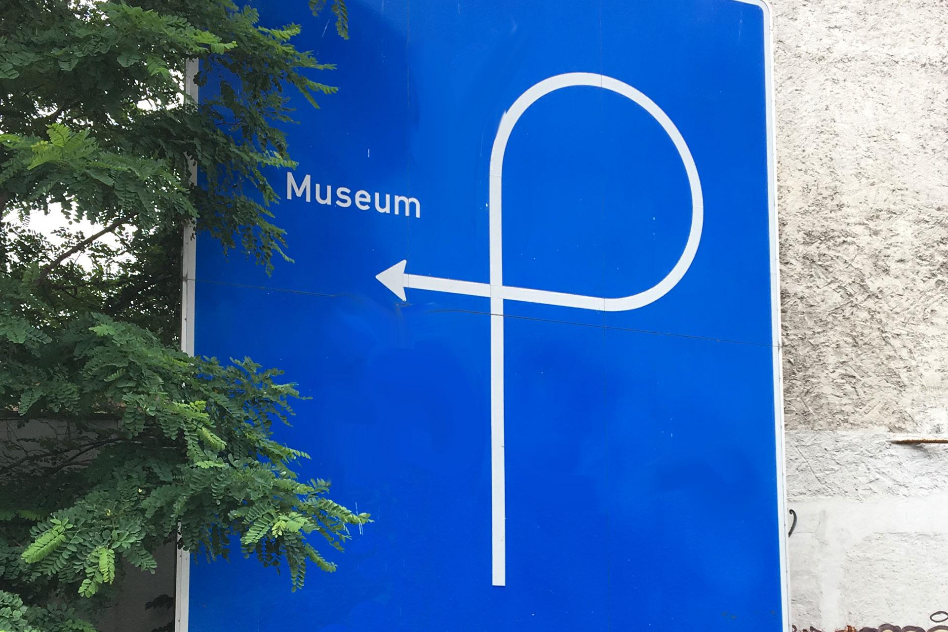 Der Wegweiser von Künstler Thomas Rentmeister führt auf verschlungenen Pfaden zum Museum Abteiberg