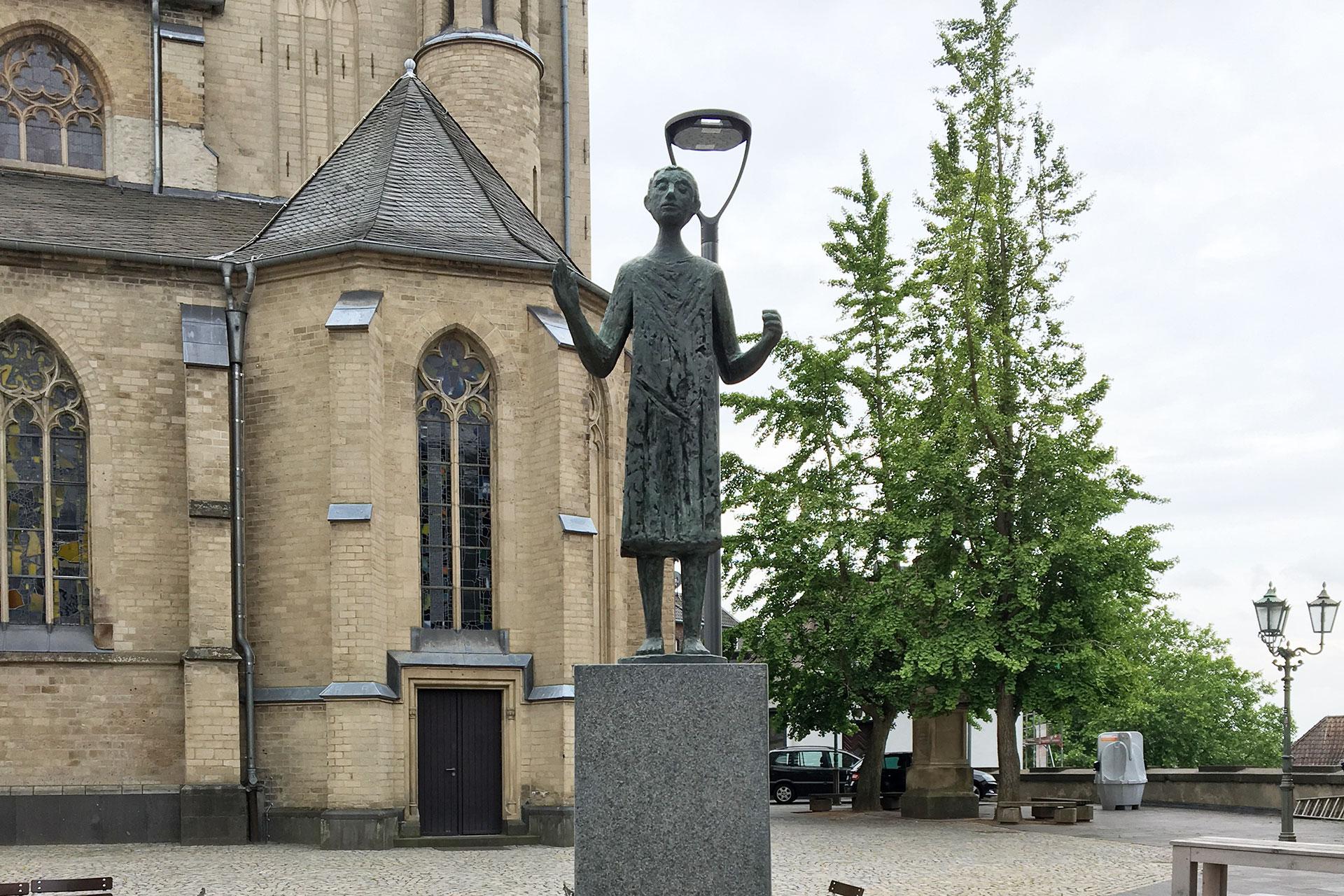 Die Figur des Heiligen Vitus von Peter Haak auf dem Alten Markt in Mönchengladbach